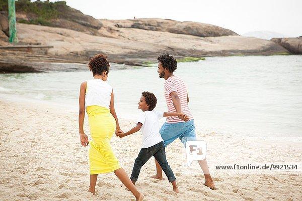 Paar und Sohn genießen den Strand
