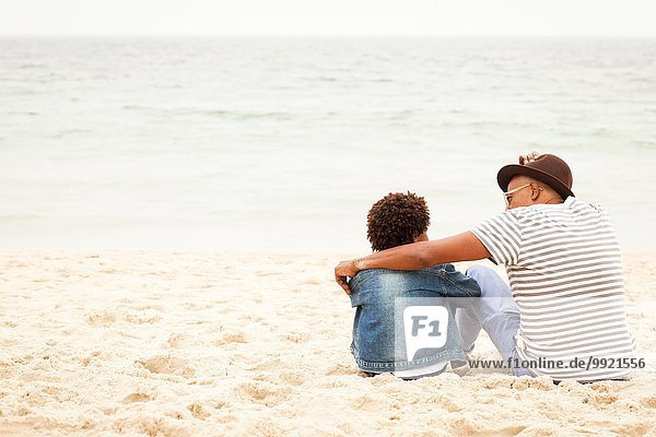 Großvater und Enkel am Strand
