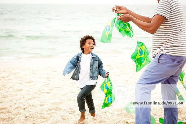 Familienspiel mit Fahnenkette am Strand  Rio de Janeiro  Brasilien