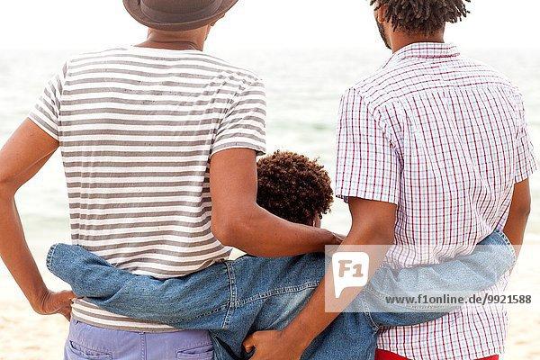 Drei Generationen Familie genießen Strand