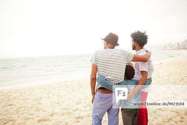Drei Generationen Familie genießen Strand  Rio de Janeiro  Brasilien