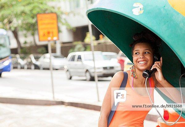 Junge Touristin mit Telefonzelle  Stadt Copacabana  Rio De Janeiro  Brasilien