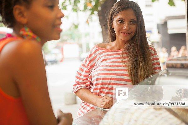 Zwei weibliche Touristen warten an der Saftbar  Stadt Copacabana  Rio De Janeiro  Brasilien