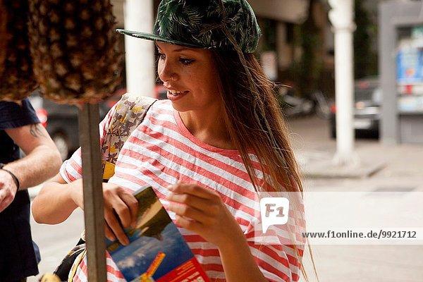 Junge Touristin am Marktstand  Stadt Copacabana  Rio De Janeiro  Brasilien