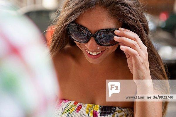 Junge Frau mit Sonnenbrille auf der Straße  Stadt Copacabana  Rio De Janeiro  Brasilien