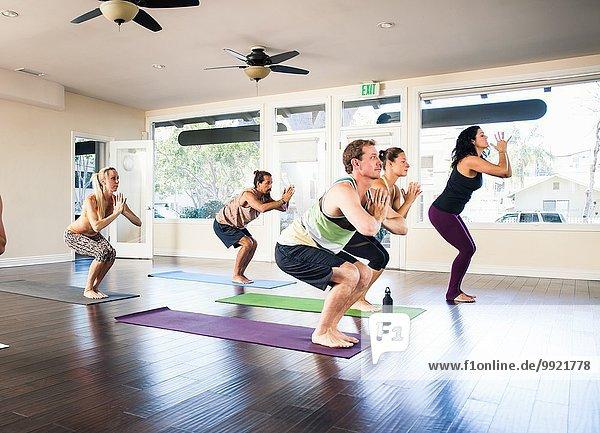 Fünf Personen im Yogakurs