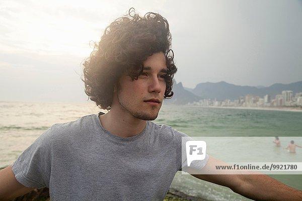 Junger Mann am luftigen Strand von Ipanema  Rio De Janeiro  Brasilien