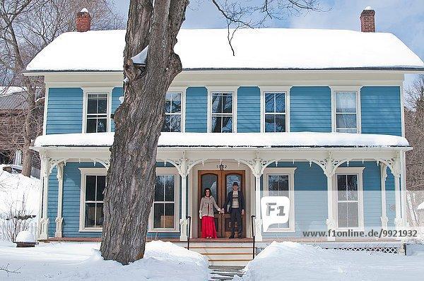 stehend Winter Wohnhaus Eingang Mittelpunkt Erwachsener