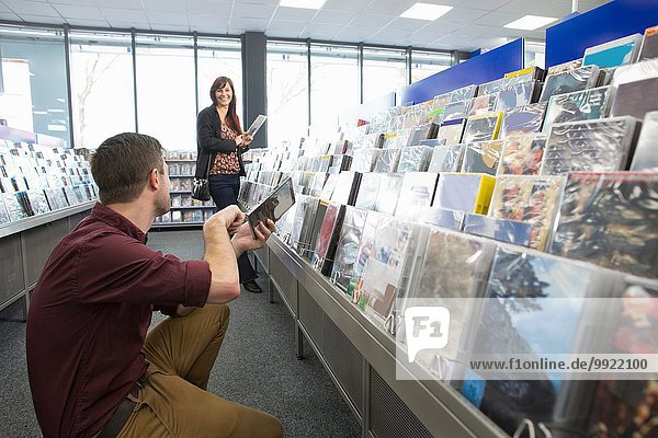 Paar-Shopping für DVDs im Elektronikfachhandel