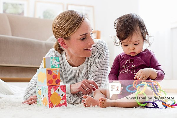 Mutter und kleiner Junge  zu Hause  zusammen spielen