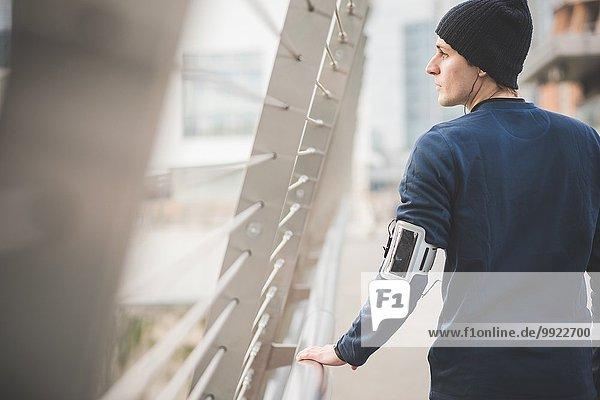 Junger Läufer auf der Stadtbrücke