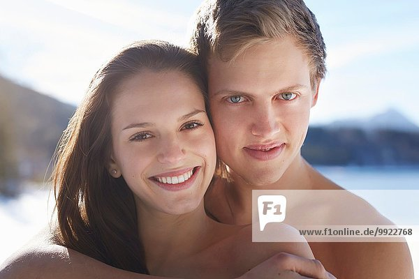 Nahaufnahme eines romantischen jungen Paares am Seeufer  Deutsche Alpen  Deutschland
