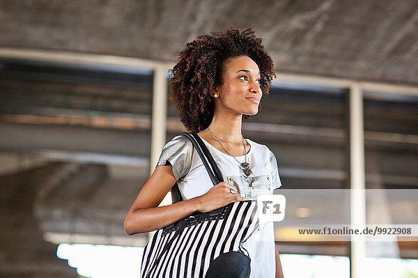 Junge Frau mit Tasche  Portrait