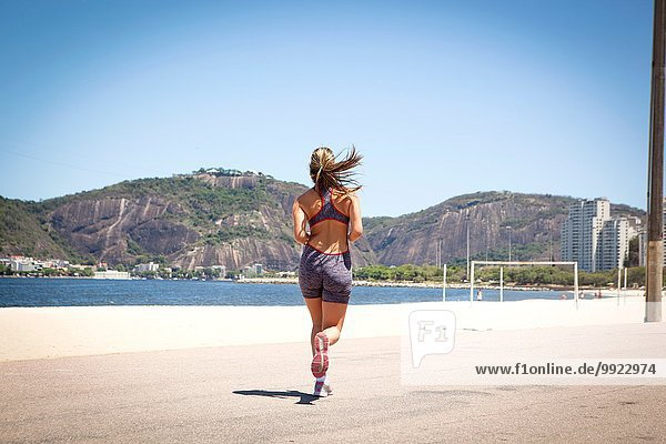 Junge Frau beim Joggen am Strand  Rio de Janeiro  Brasilien