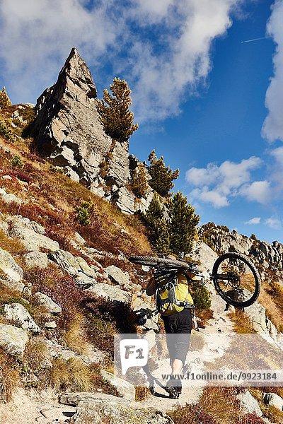Mountainbiker mit Fahrrad  Wallis  Schweiz