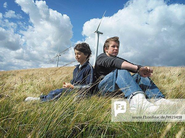 Brüder sitzen zusammen auf dem Windpark