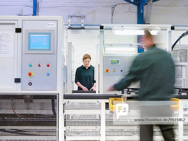 Arbeiter an der Produktionslinie in der Fabrik