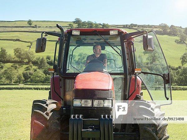 Landwirt fährt Traktor auf dem Feld