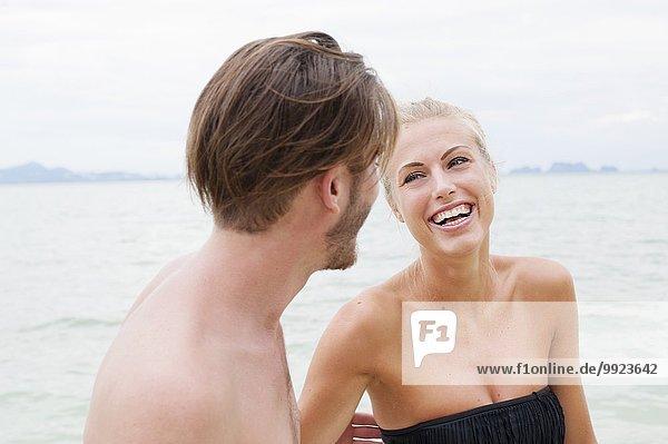 Junges Paar lacht am Strand  Kradan  Thailand