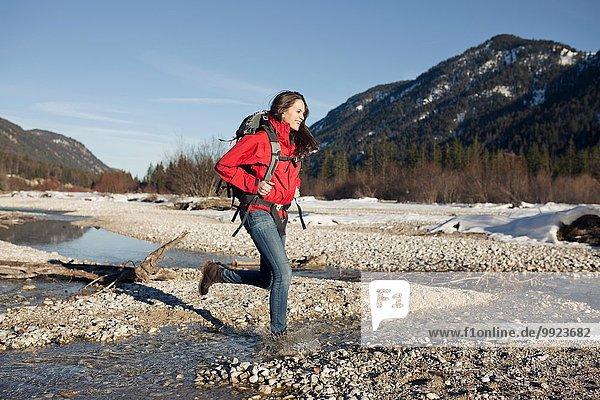 Junge Frau beim Wandern in den Alpen  Deutschland