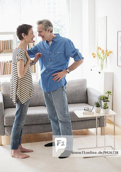 Senior Senioren sprechen Zimmer Wohnzimmer
