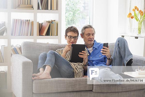 Senior Senioren Couch teilen Gerät Elektronik
