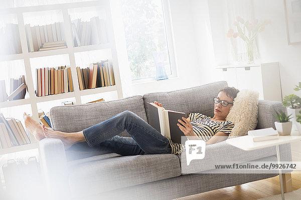 Senior Senioren Frau Couch Buch Taschenbuch vorlesen