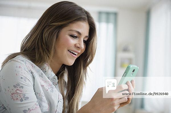 Handy junge Frau junge Frauen Kurznachricht