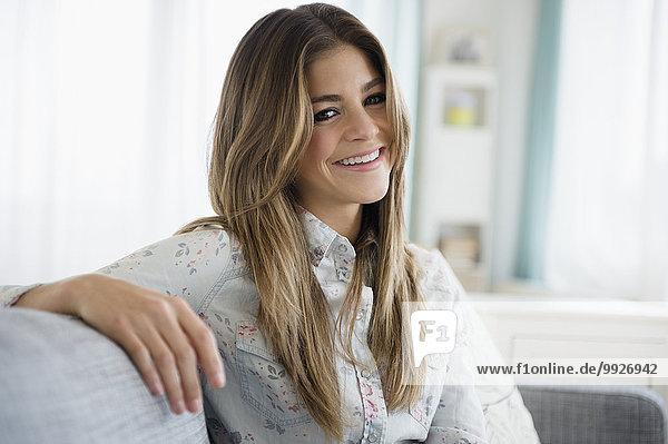 sitzend junge Frau junge Frauen Portrait Couch