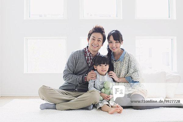 sitzend Boden Fußboden Fußböden lächeln junger Erwachsener junge Erwachsene Blick in die Kamera jung Tochter Erwachsener