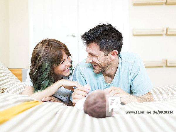 Fröhlichkeit Junge - Person Menschliche Eltern Bett Baby spielen