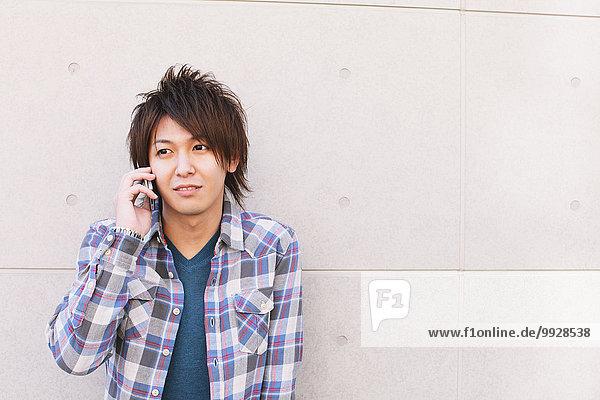 Mann jung telefonieren