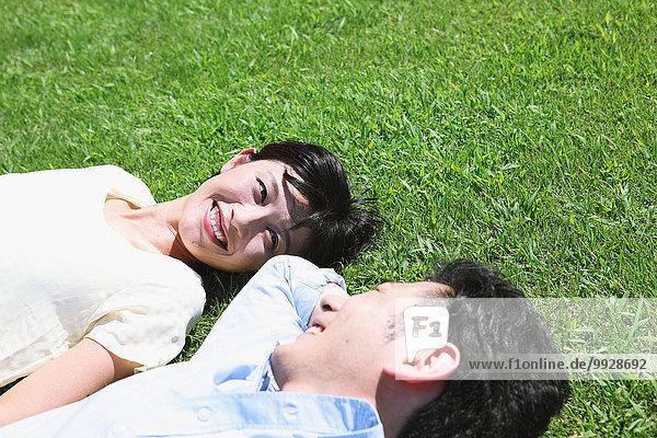 liegend liegen liegt liegendes liegender liegende daliegen Fröhlichkeit Gras japanisch