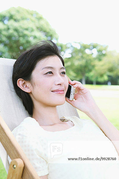 Frau Stuhl Großstadt Terrasse japanisch Smartphone