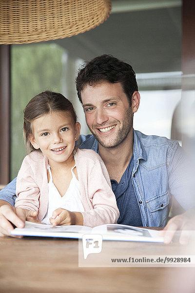 Vater und Tochter beim gemeinsamen Lesen  Porträt