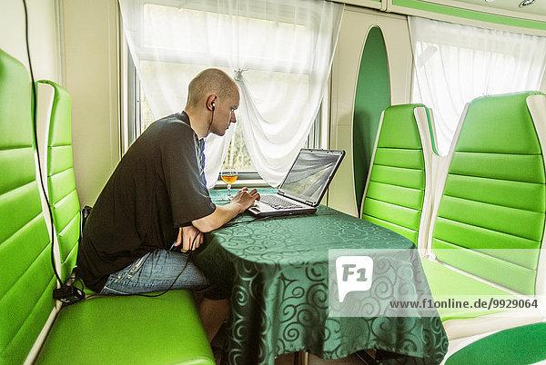 benutzen Europäer Mann Notebook grün Zug