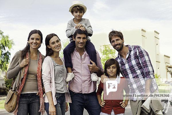 Familienposing für Gruppenportrait im Freien