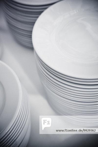 Teller auf Tisch gestapelt