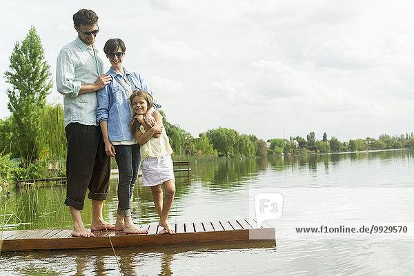Familie auf dem Dock stehend  Porträt