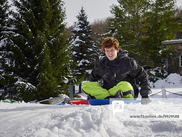 Jugendlicher Europäer Junge - Person Hügel Schnee Schlitten
