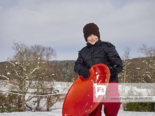 Europäer Junge - Person Hügel halten Schnee Schlitten