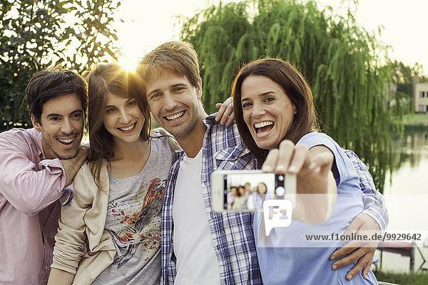 College-Freunde nehmen Gruppen-Selfie