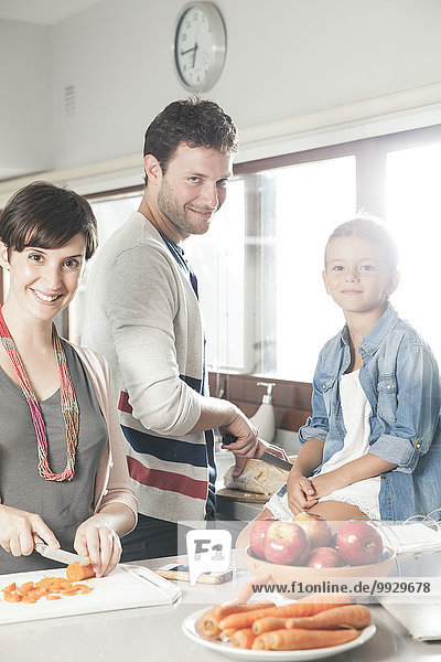 Familie kocht gemeinsam in der Küche