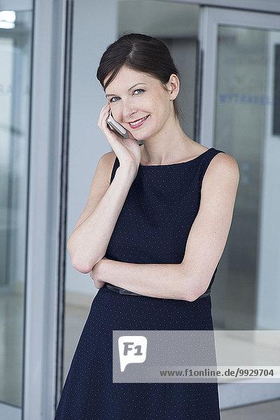 Geschäftsfrau im Gespräch am Handy  Portrait