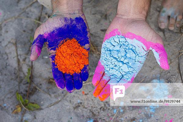 Farbaufnahme Farbe Europäer Mann halten Gesichtspuder Farben bemalen
