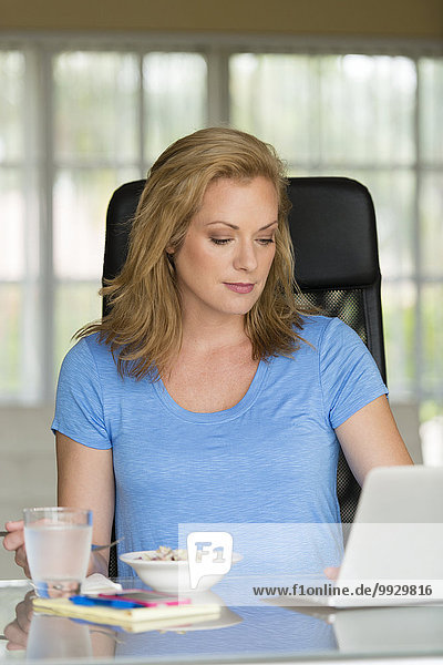 Europäer Geschäftsfrau Notebook arbeiten Frühstück