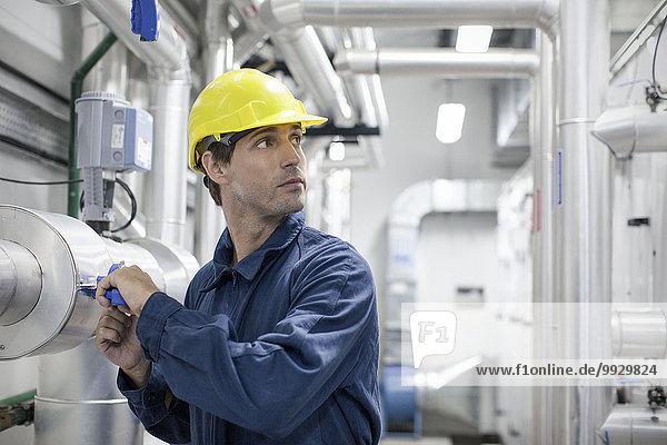 Facharbeiter bei der Arbeit im Industriebetrieb