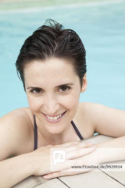 Frau entspannt im Pool  Portrait