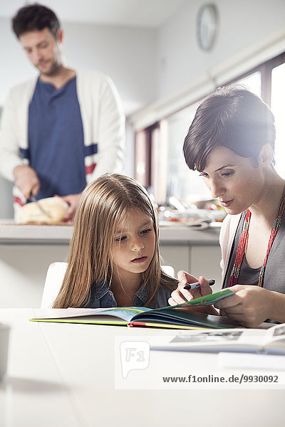 Mutter und Tochter lesen gemeinsam Buch