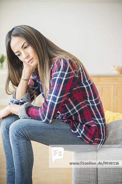 sitzend Europäer Frau Couch Depression